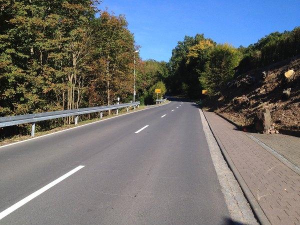 """Ausfahrt Hassenbach – noch einer für die Beine: kurz, aber steil. Ab jetzt geht das """"Bergtraining"""" richtig los – nach 60 gefahrenen Kilometern."""