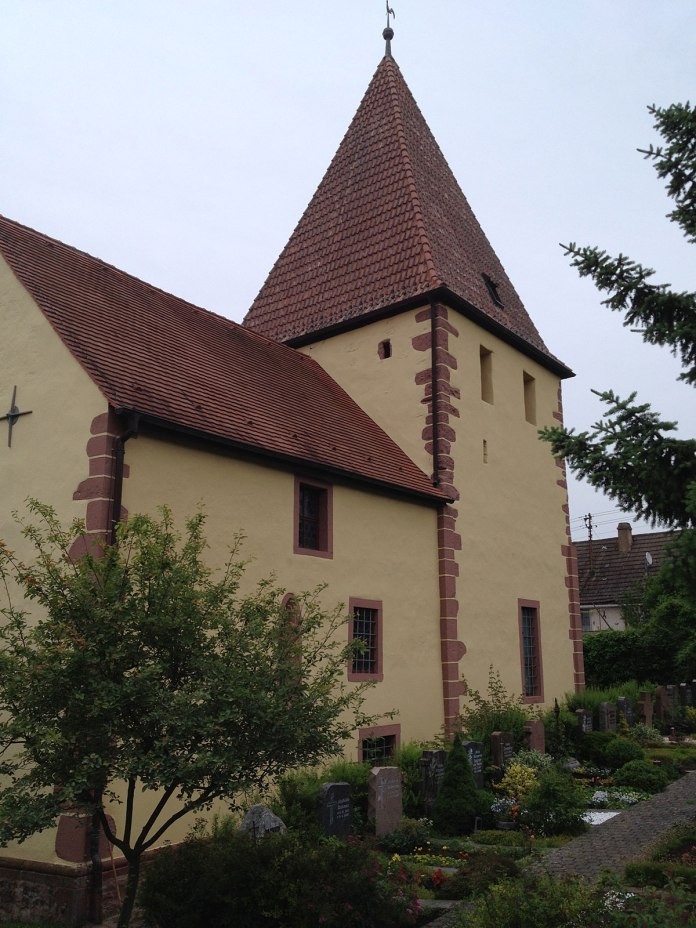 … um die kleine Wehrkirche zu besuchen (10. Jhdt.).
