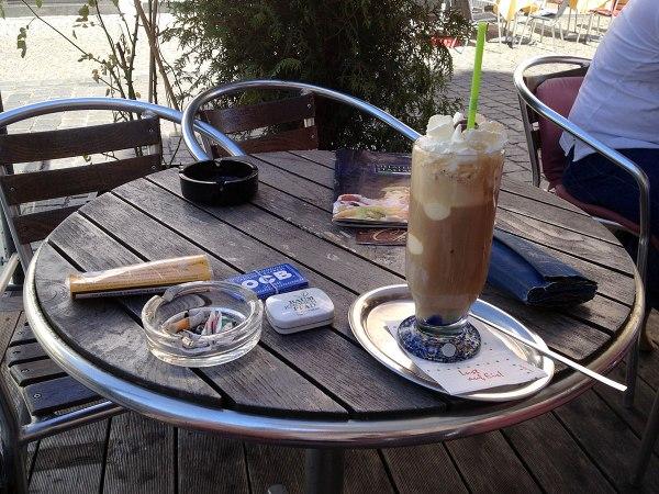 17:08 Uhr | »The same procedure as last year?« Ja, gleiche Eisdiele, gleiches Getränk: Eiskaffee in Schrobenhausen, aber …