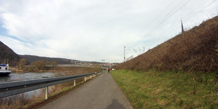 Einer Mountainbikerin folge ich auf dem Mainradweg bis Wernfeld, dort biegt sie ab, bevor ich sie überholen kann. Warum fahren Leute mit Mountainbikes auf den Teerstraßen? Das wäre mir zu mühsam, genau auf dieser Strecke bin ihc auch schon mit dem MTB langgefahren, 2012, und beschloss, mir ein Rennrad zuzulegen.