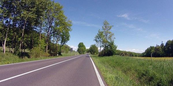 Nach dem Waldstück wird auch der Belag der L1132 besser, aber ich biege in Zeilfeld sowieso nach rechts auf die L2673 …