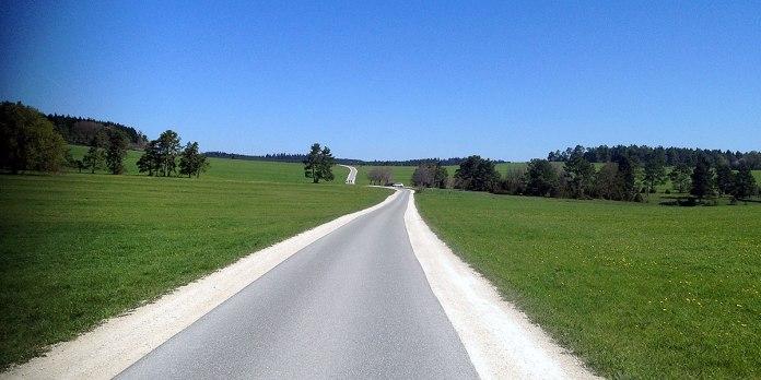 … sehr gut zu fahren, blauer Himmel, aber teilweise scharfer Gegenwind. God bless the Gummijacke.
